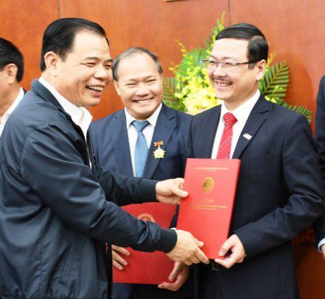 Bộ trưởng Nguyễn Xuân Cường trao quyết định cho ông