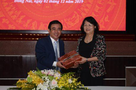 Đồng chí Đỗ Minh Tuấn - TGĐ TCT tặng quà lưu niệm cho đồng chí Phó Chủ tịch nước Đặng Thị Ngọc Thịnh