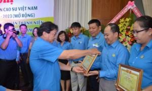 ông Phan Mạnh Hùng - Chủ tịch Công đoàn CSVN trao Bằng khen cho các tập thể có thành tích xuất sắc trong Tháng công nhân 2019