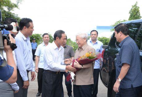 Đồng chí Trần Ngọc Thuận, Bí thư Đảng ủy – Chủ tịch HĐQT VRG  tặng hoa chào mừng Đồng chí Nguyễn Phú Trọng