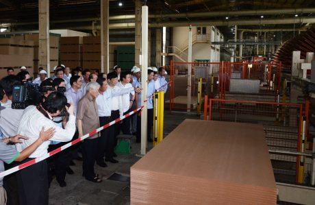 Đoàn công tác tham quan dây chuyền nhà máy công ty
