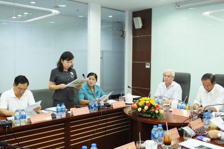 Bà Huỳnh Thị Hằng - Phó Chủ tịch UBNN tỉnh báo các tại buồi họp