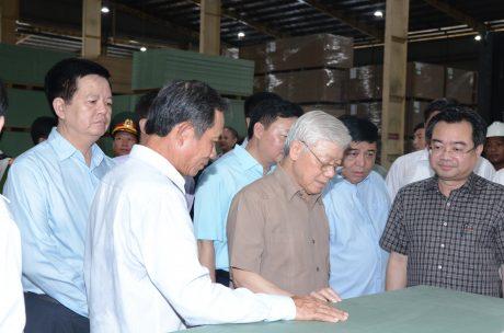 Đ/c Trần Ngọc Thuận - Bí thư Đảng ủy, Chủ tịch HĐQT VRG giới thiệu với Tổng bí thư -Chủ tịch nước về sản phẩm ván gỗ MDF của công ty