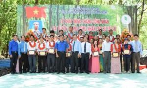 Lãnh đạo chụp hình lưu niệm với 35 Công nhân cao su ưu tú được tuyên dương