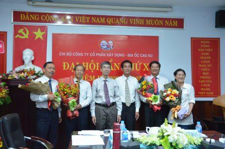 Tặng hoa chia tay Chi ủy viên nhiệm kỳ 2015-2020 không tái cử