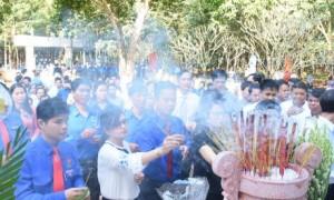 Thắp hương trước tượng đài Phú Riềng Đỏ để tưởng nhớ các lớp thế hệ cha anh đã dày công vui đắp ngành cao su. Ảnh: Vũ Phong