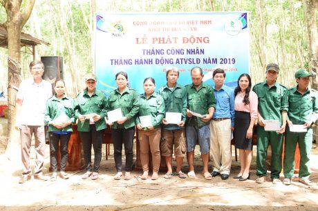 Lãnh đạo công đoàn các đơn vị trong khối trao quà cho công nh6an lao động