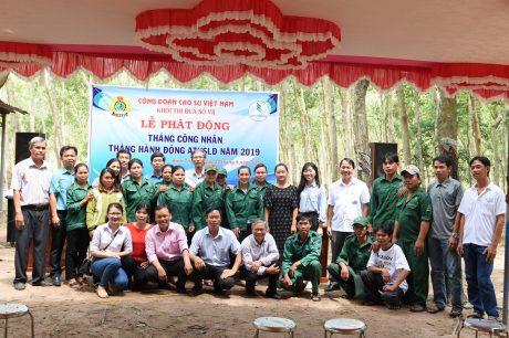 Đoàn chụp ảnh lưu niệm với công nh6an