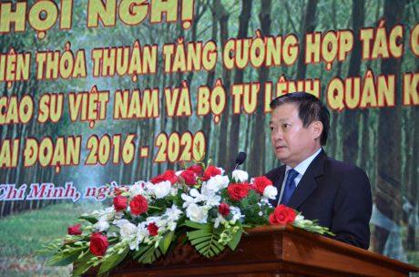 Ông Huỳnh Văn Bảo – TGĐ VRG báo cáo tổng kết 5 năm phối hợp giữa VRG và Quân khu 7
