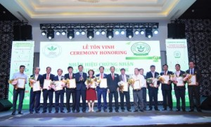"""Thứ trưởng Bộ NN&PTNT và Chủ tịch Hiệp hội Cao su VN trao giấy chứng nhận Nhãn hiệu """"Cao su Việt Nam"""" cho  14 công ty"""