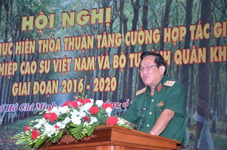 Trung tướng Võ Minh Lương – UV TW Đảng, Tư lệnh Quân khu 7 phát biểu tại hội nghị