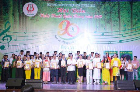 Chủ tịch Công đoàn CSVN trao huy chương bạc cho các tiết mục