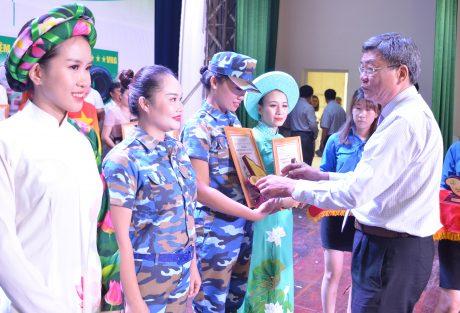 Phó TGĐ VRG Nguyễn Tiến Đức trao huy chương vàng cho tiết mục xuất sắc