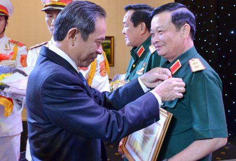 Ông Trần Ngọc Thuận – Bí thư Đảng ủy, Chủ tịch HĐQT VRG tặng kỉ niệm chương cho 8 đồng chí thuộc QK7 vì đã có nhiều công lao đóng góp vào sự nghiệp xây dựng và phát triển ngành Cao su Việt Nam