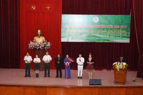 Ông Phan Mạnh Hùng - Thành viên HĐQT, Chủ tịch Công đoàn CSVN tặng hoa cho đội văn nghệ tại Đại hội