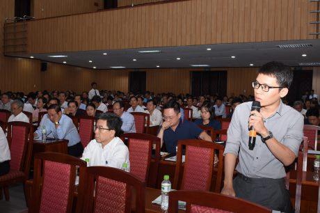 Các cổ đông thảo luận về các vấn đề chính của Tập đoàn tại Đại hội