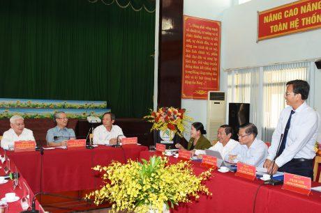 Ông Lê Văn Vui - TGĐ Công ty TNHH MTV Cao su Bình Long báo cáo với đoàn công tác tại buổi làm việc