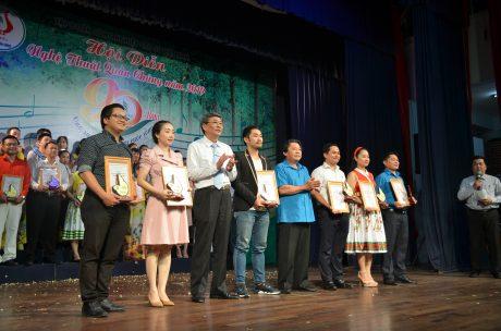 Trao giải cho các tiết mục đạt huy chương vàng. Ảnh Đào Phong