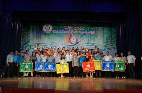 Ban tổ chức, Ban giám khảo chụp hình lưu niệm với các đơn vị đạt giải