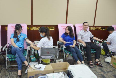 Nhiều tình nguyện viên các đơn vị đến từ sớm để tham gia chương trình hiến máu tình nguyện