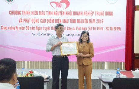 Bác sĩ Trần Thị Như Tố - GĐ Trung tâm Hiến máu Nhân đạo TP.HCM trao thư cảm ơn cho VRG