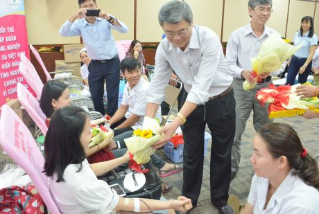 Ông Nguyễn Tiến Đức - Phó TGĐ VRG tặng hoa và thăm hỏi các tình nguyện viên