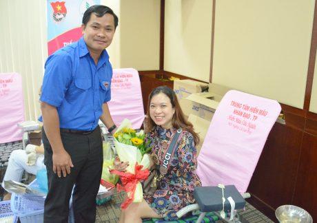 Anh Thái Bảo Tri - Bí thư ĐTN VRG tặng hoa cho các tình nguyện viên tham gia ngày hội