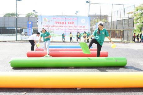 Các trại sinh tham gia chơi trò chơi vận động trường