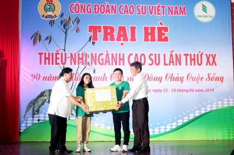 Lãnh đạo VRG và Công đoàn CSVN tặng quà lưu niệm cho các trại sinh