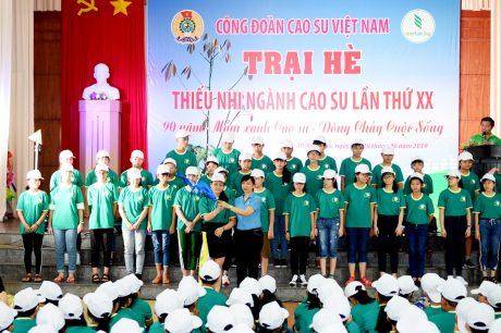 Trương Thị Huế Minh – Phó Chủ tịch CĐ CSVN trao cờ luân lưu cho các trại sinh