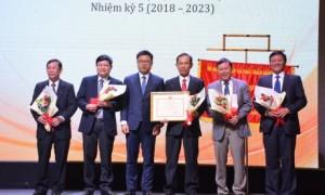 ông Nguyễn Quốc Toản - Cục trưởng Cục Chế biến và Phát triển thị trường nông sản, Bộ NN&PTNT trao bằng khen của Bộ NN&PTNT cho