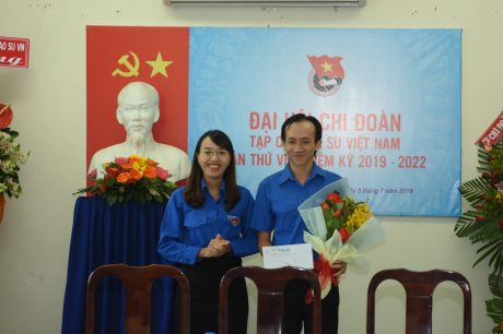 Tặng hoa và quà cho đ/c Nguyễn Minh Tân - Nguyên Phó Bí thư Chi đoàn tạp chí NK 2017 - 2019 không ứng cử nhiệm kỳ 2019 - 2022