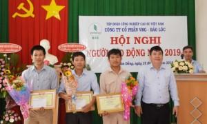 Ông Võ Việt Tài – Phó Chủ tịch Công đoàn CSVN trao bằng khen cho các tập thể cá nhân