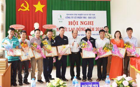 Ông Nguyễn Lập – TGĐ Công ty trao giấy khen cho các cá nhân đạt lao động xuất sắc