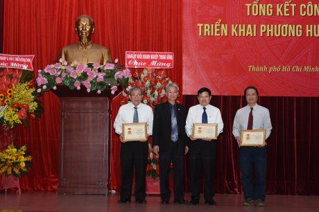 Các đ/c thuộc Đảng bộ VRG nhận Kỷ niệm chương của TW Đảng