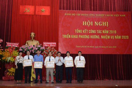 Ông Trần Ngọc Thuận – Bí thư Đảng ủy, Chủ tịch HĐQT VRG trao giấy khen cho các tổ chức Đảng đạt danh hiệu trong sạch vững mạnh 5 năm liền