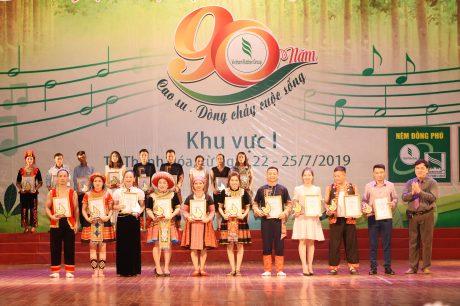 Đ/c Lê Văn Thắng - Phó ban TĐ TG VRG thành viên BTC hội thi trao HVB cho cácđơn vị