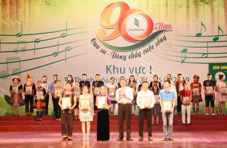 Đ/c Nguyễn Tiến Đức – Phó TGĐ, Trưởng Ban Tổ chức hội diễn trao HCV cho các đơn vị