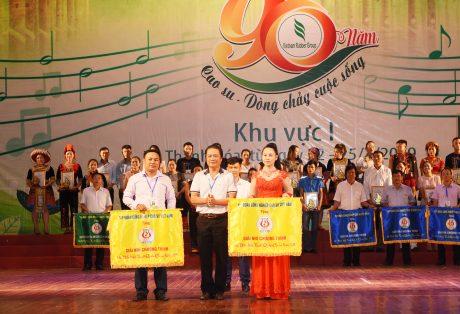 Đ/c Phan Viết Phùng – Trưởng ban TĐ TG VRG, Phó BTC hội diễn trao gải nhì cho 2 đơn vị Cao su Sơn La và Cao su Điện Biên