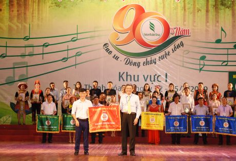 Ông Nguyễn Tiến Đức – Phó TGĐ VRG, Trưởng Ban Tổ chức hội diễn trao gải nhất cho Công ty Cp Cao su Lai Châu II