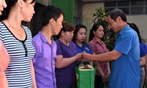 ông Trần Ngọc Thuận – Bí thư Đảng ủy, Chủ tịch HĐQT VRG trao quà cho công nhân