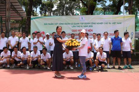 Bà Phan Thị Vành Khuyên - Phó BTC Nhân Sự  VRG, Phó chủ tịc Công đoàn Cơ quan VRG trao hoa chúc mừng VĐV Nữ duy nhất của giải đấu