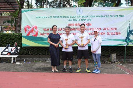 Bà Phan Thị Vành Khuyên - Phó BTC Nh6an Su65 VRG, Phó chủ tịc Công đoàn Cơ quan VRG trao giả nhất hạng B cho đôi VĐV