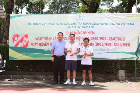 Ông Trương Minh Trung - PTGĐ VRG trao giải nhất hạng A cho đôi VĐV