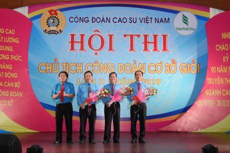 Ông Phan Mạnh Hùng - Chủ tịch Công đoàn CSVN tặng hoa cho các thành viên Ban giám khảo