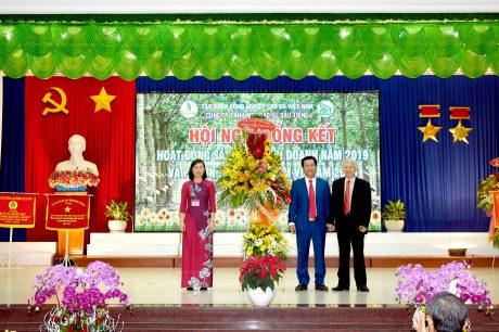 Nguyên Chủ tịch nước Nguyễn Minh Triết tặng hoa chúc mừng công ty