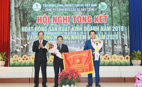 Ông Trần Ngọc Thuận -  Bí thư Đảng ủy, Chủ tịch HĐQT VRG trao cờ của Bộ Nông nghiệp và Phát triển nông thôn cho công ty