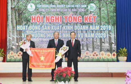 Ông Trần Ngọc Thuận -  Bí thư Đảng ủy, Chủ tịch HĐQT VRG trao cờ thi đua xuất sắc của Ủy Ban Quản lý vốn Nhà nước tại Doanh nghiệp cho đại diện lãnh đạo công ty
