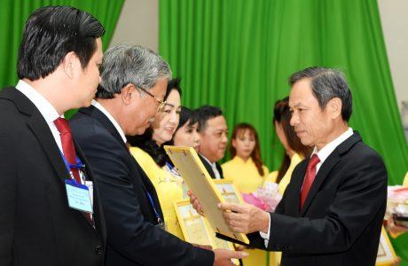 Ông Trần Ngọc Thuận -  Bí thư Đảng ủy, Chủ tịch HĐQT VRG trao bằng khen cho đại diện tập thể cá nhân có thành tích thi đua xuất sắc năm 2019