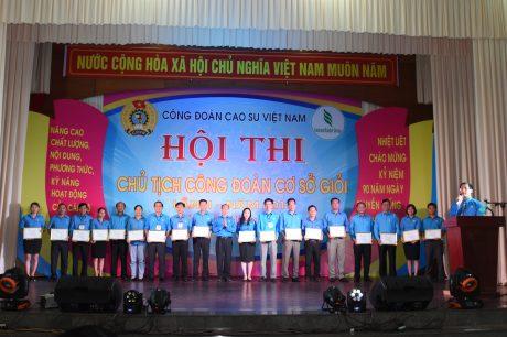 BTC trao giấy chứng nhận tham gia Hội thi cho các thí sinh